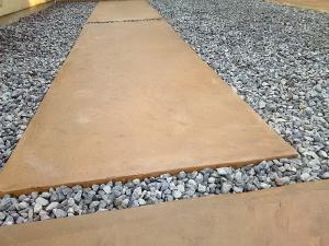 法面のあるアメリカンカントリーテイストのオープン外構スタンプコンクリート砂岩調
