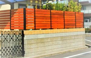 最も危険な土留め上の塀。そこに「スーパーフェンスライト」を使い危険回避。パネルに天然木「ウリン」を使っている為、ボリューム感・強度・耐久性も抜群!