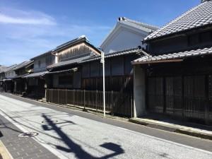 写真-02旧街道沿いの昔ながらの木造建築の並び (1)