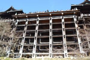 写真-04清水寺の舞台を支える貫構法の構台 (1)