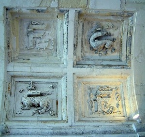 フランソワ1世の紋章サラマンダー(火トカゲ)。多くの部屋の天井飾りに見られる。