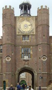 外苑から内苑への入り口に建つ時計塔